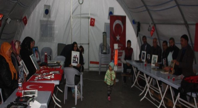 Çocuklarının terör örgütü PKK mensupları tarafından dağa kaçırıldığı iddiasıyla HDP Diyarbakır İl Başkanlığı önünde oturma eylemi yapan ailelerden Selahattin Demirtaş'ın tahliye edilmesine ilişkin gündem haberlerine tepki geldi.